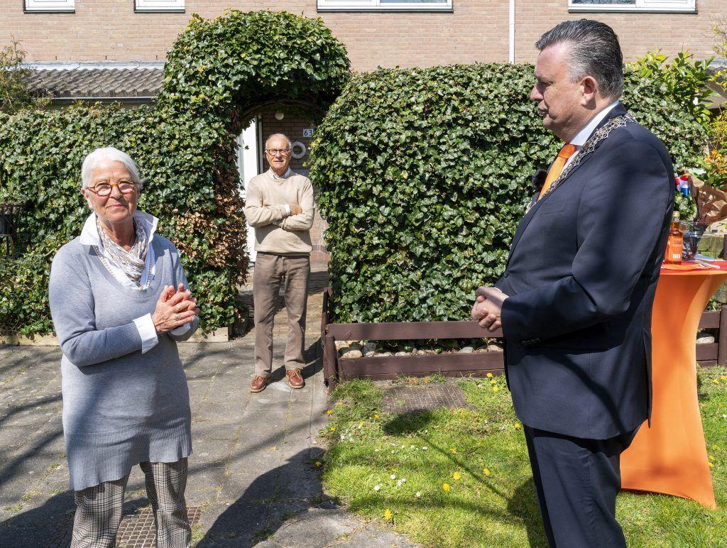 Mevrouw A.C. Boek - Koch in de tuin met burgemeester Emile Roemer.